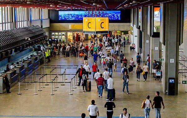 Pessoas no saguão do aeroporto