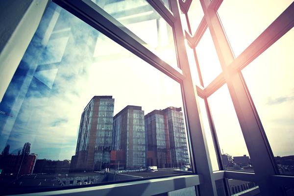 escritório com janelas de vidro