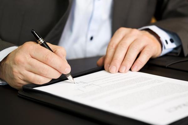 Advogado assinando contrato