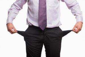 Homem de terno com bolso vazio falencia