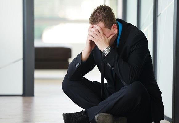 empresário falido sentado desesperado